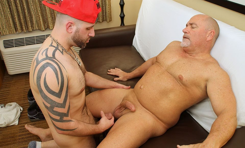 hot-older-male-daddy-leo